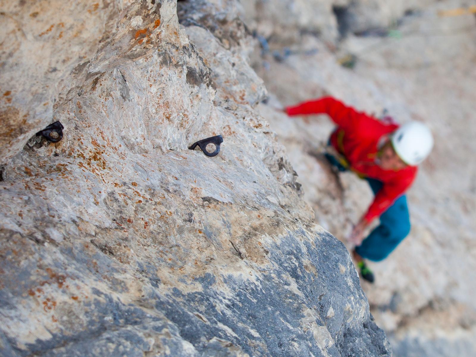 Die Absicherung einer Kletterroute bestimmt maßgeblich die Anforderungen an den Kletterer.
