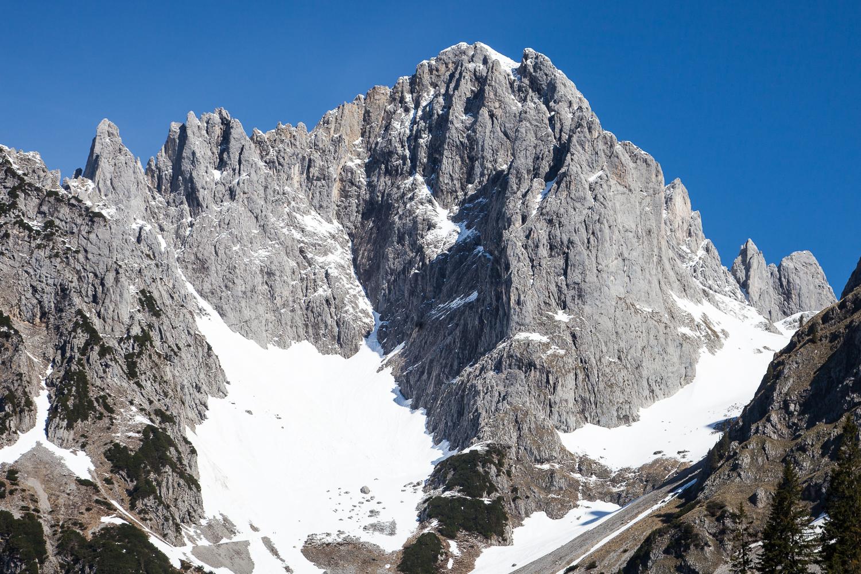 Die Karlspitze von Süd-Südosten - rechts die Ostwand