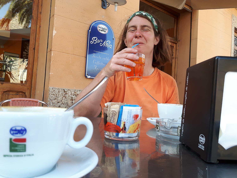 In der Bar Neva in Cisano läufen nicht nur alle Drähte der lokalen Kletterszene zusammen, man sitzt dort auch vor und nach dem Klettern außerordentlich gut.