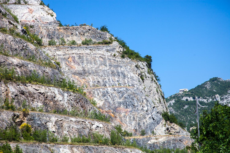 Im stillgelegten Steinbruch von Toirano haben sich Künstler mit riesigen Gemälden verewigt (an der rechten Kante beginnt das Klettergebiet La Cava)