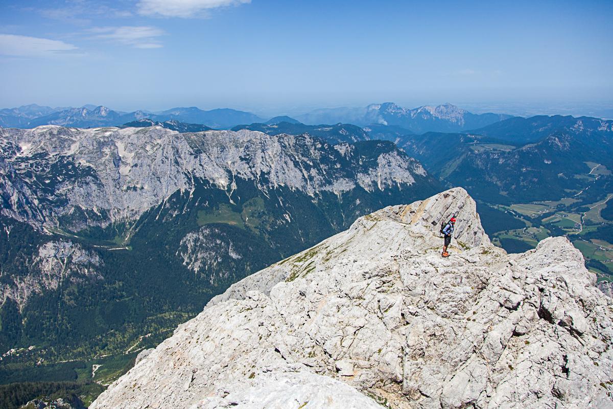 Tiefblick vom Gipfelanstieg des Hochkalter auf das Berchtesgadener Land.