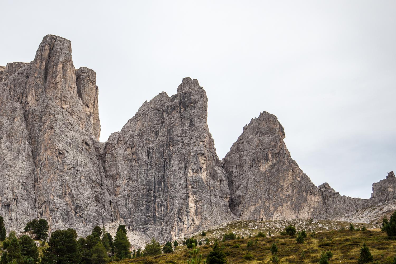 """Die  Sellatürme - durch die schwarzen Platten des zweiten Sellaturms führt die """"Messner""""."""