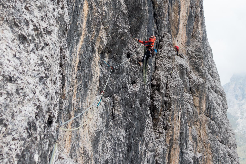 """Alpiner Quergang in der zweiten Seillänge der """"Messner""""."""