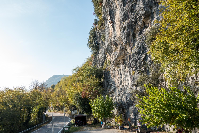 Das Klettergebiet Masarach - hier der linke Sektor direkt am Parkplatz.