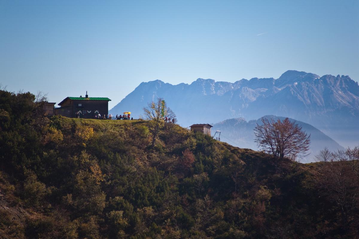 Die Ackerlhütte mit Blick zu den Loferer Steinbergen