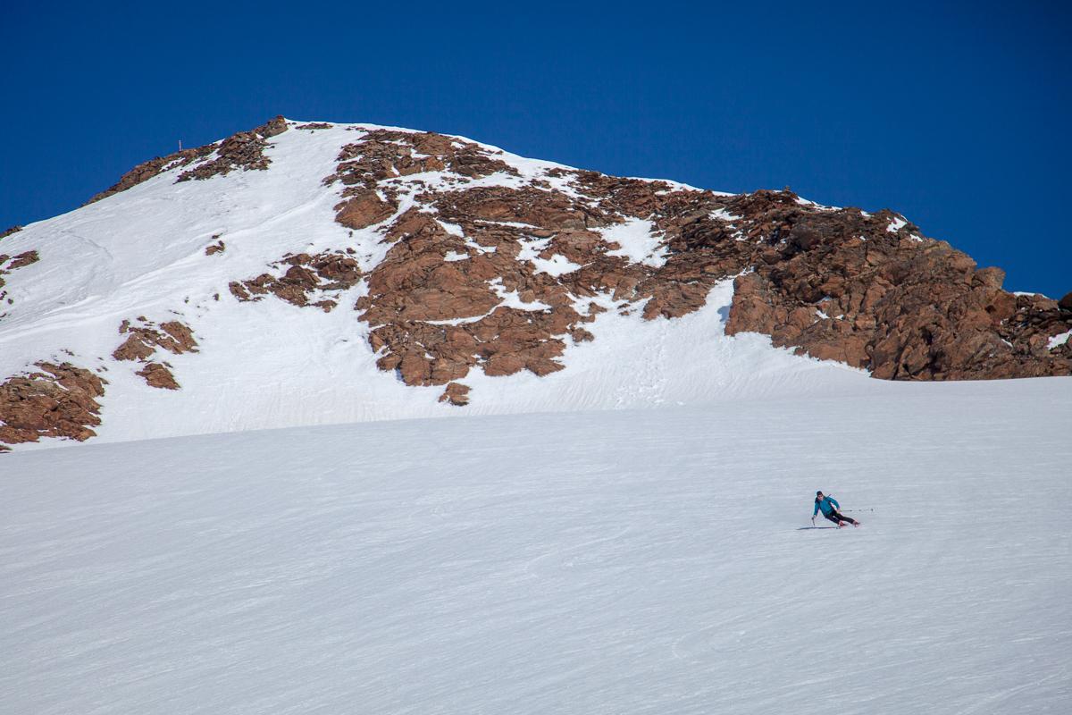 Rasante Firnabfahrt auf der Gipfelabdachung