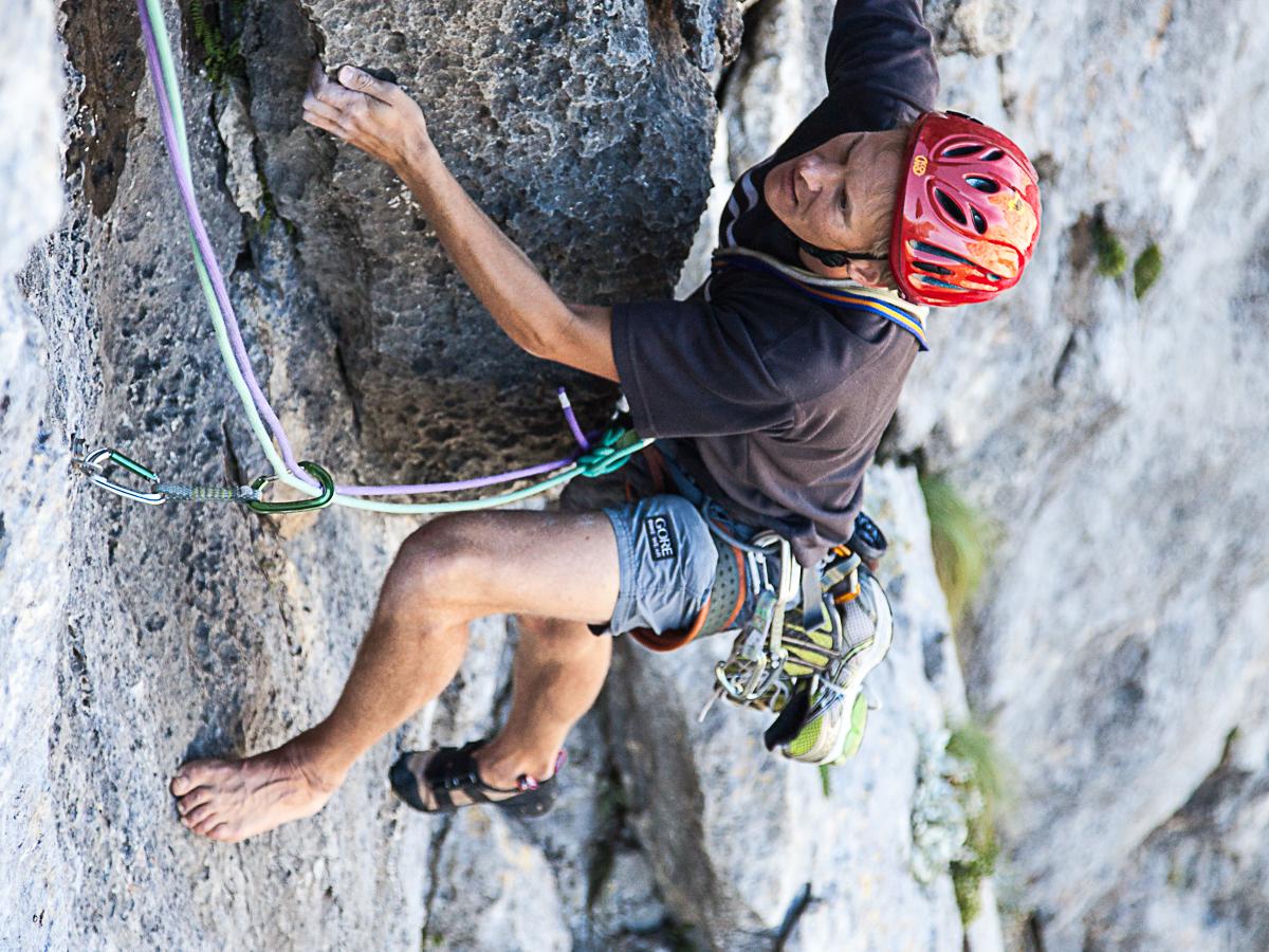 """Wenn man schon Kletterschuhe am Stand ausziehen muss, dann sollte man sie auch festhalten, sonst kann's sein, dass man halb barfuß weiterklettern darf, wie hier in der """"Klin (6c+)"""", Paklenica, auf den letzten fünf Seillängen."""