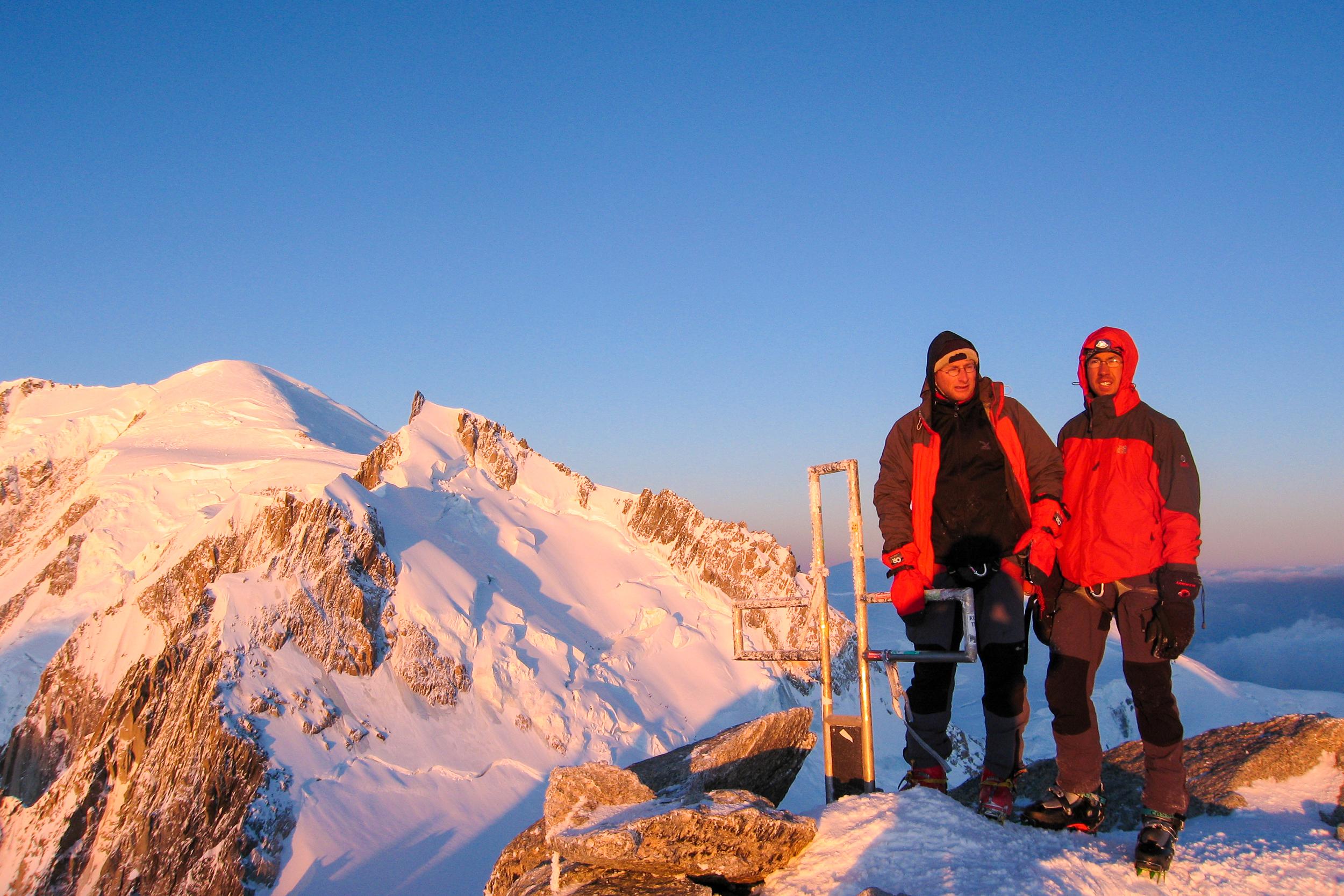 Sonnenaufgang am Mont Blanc du Tacul mit Blick auf Mont Blanc und Mont Maudit.