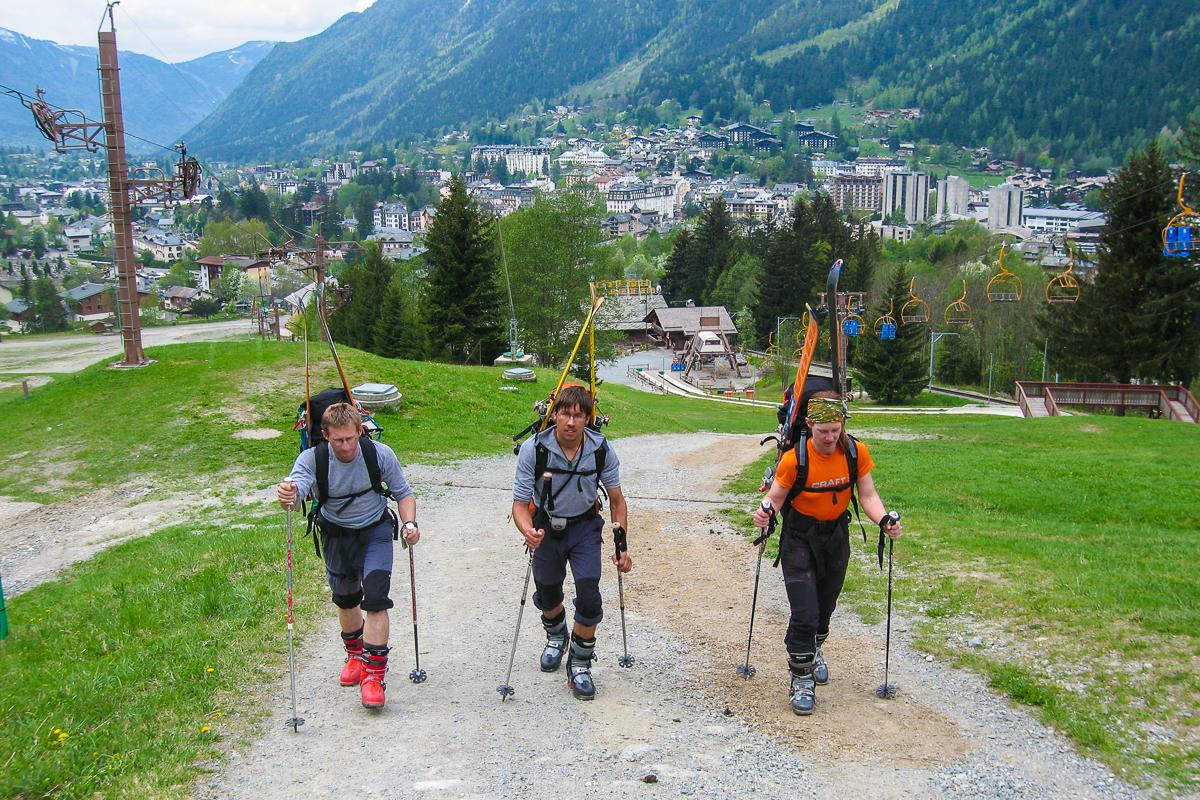 Mit Ski am Rucksack gehts in Chamonix los