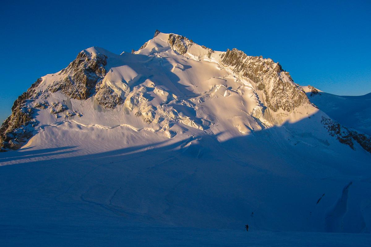 Die Flanke des Mont-Maudit im Sonnenaufgang
