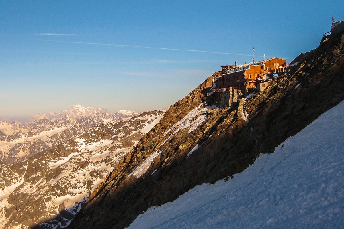 Morgenlicht an der Gnifetti-Hütte - im Hintergrund der Mont Blanc