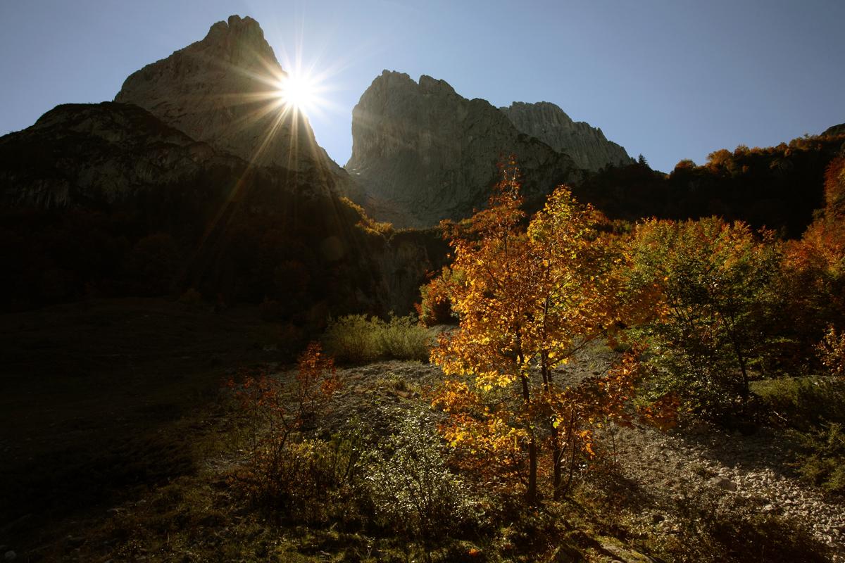 Im Aufstieg von der Griesner Alm wandert man direkt unterhalb der Steinernen Rinne vorbei