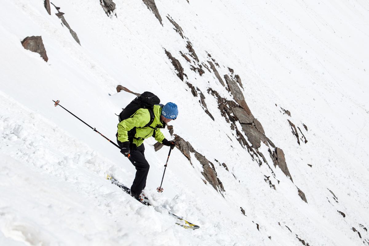 Nicht mehr ganz Firn in der Abfahrt über den steilen Gipfelhang.