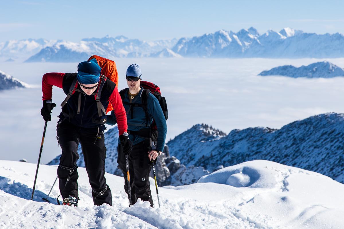 Die letzten Meter zum Gipfel hoch über dem Nebelmeer