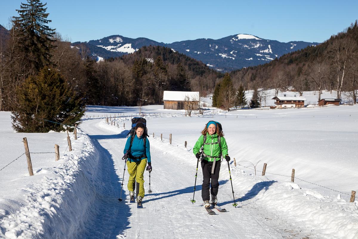 Kurz nach der Hohenburg schnallen wir die Ski an und schlappen in den Hirschbachgraben.