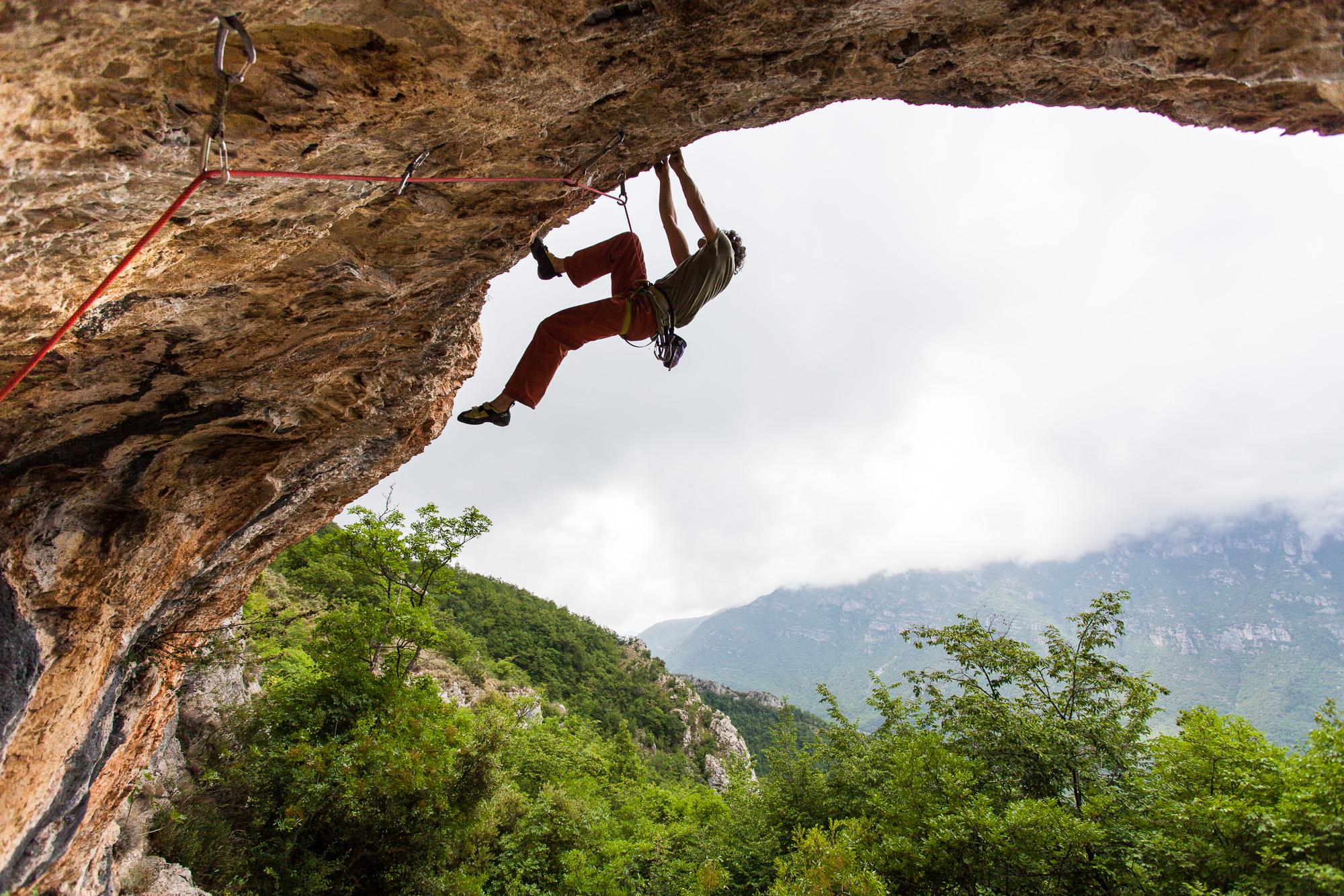Kraftige Kletterei im Val Pennavaire, Ligurien